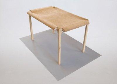 Une table en tension par Lukas Peet