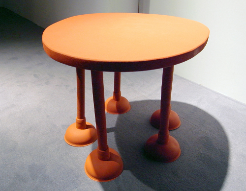 Table en caoutchouc par Thomas Shnur