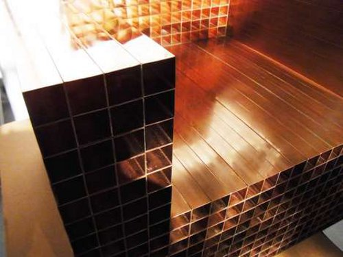 Fauteuil carrés de cuivre par kyouei design