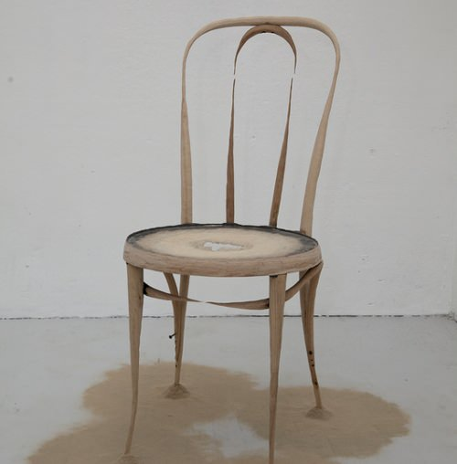 Chaise en décomposition par Astrid Bucio