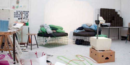 Fauteuil + stockage + table, Kuli par Felix Haeffner et Julia Wolf
