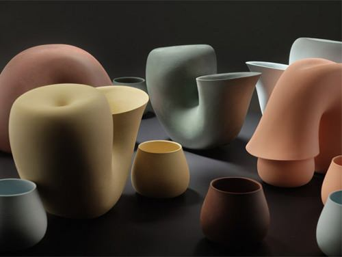 Repenser les formes usuelles, collection de carafes par Aldo Bakker