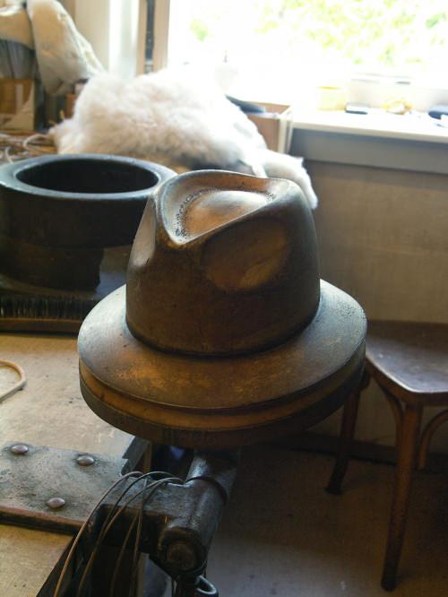 Under the hat, luminaire et chapeau par Tomas Kral