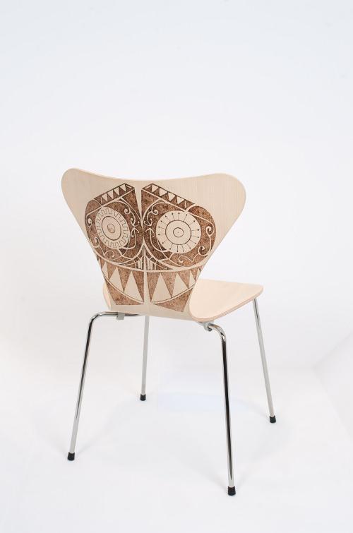 30 chaises d'Arne Jacobsen revisitées