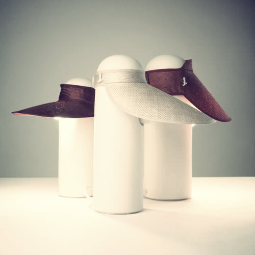 Under the hat, luminaire et chapeau par Tomas Kral