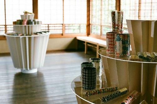 Kamijiya paper table par Hiromitsu Konishi