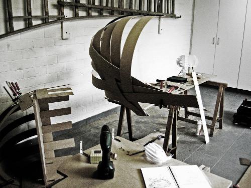 bureau qui se leve ils mettent en scne le travail du tailleur et rvlent lorsque le rideau se. Black Bedroom Furniture Sets. Home Design Ideas