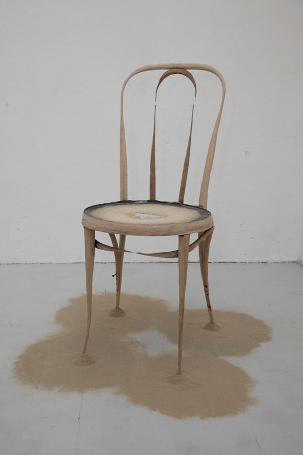 Chaise en décomposition par Astrid Bucio