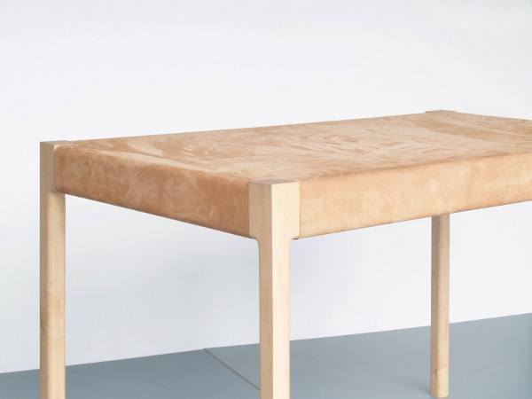 UNE TABLE EN TENSION PAR LUKAS PEET