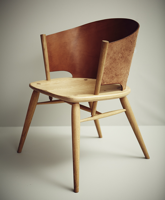 Hamylin chair la chaise de cuir par gareth neal for Chaise cuir bois