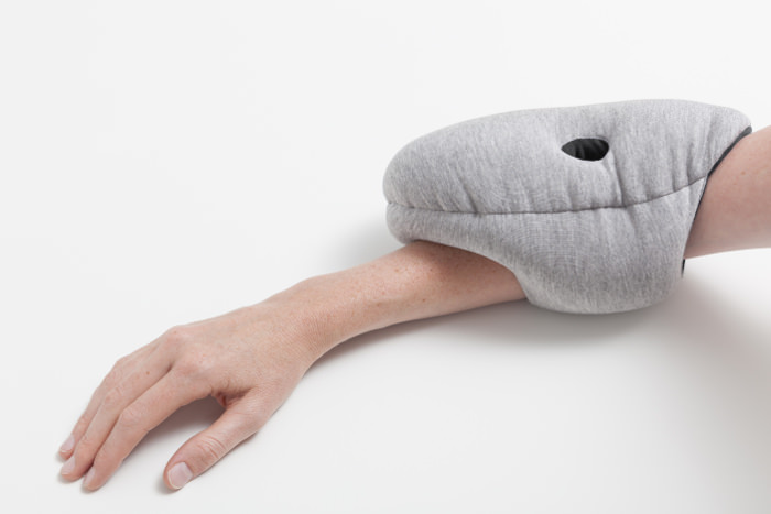 ostrich pillow coussins de sieste par le studio banana things. Black Bedroom Furniture Sets. Home Design Ideas