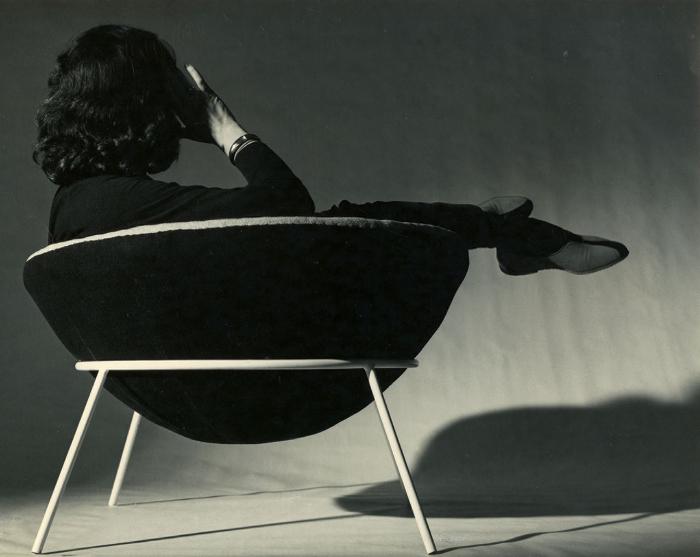 Lina Bo Bardi assise dans la Ball Chair, photographie de Francisco Albuquerque