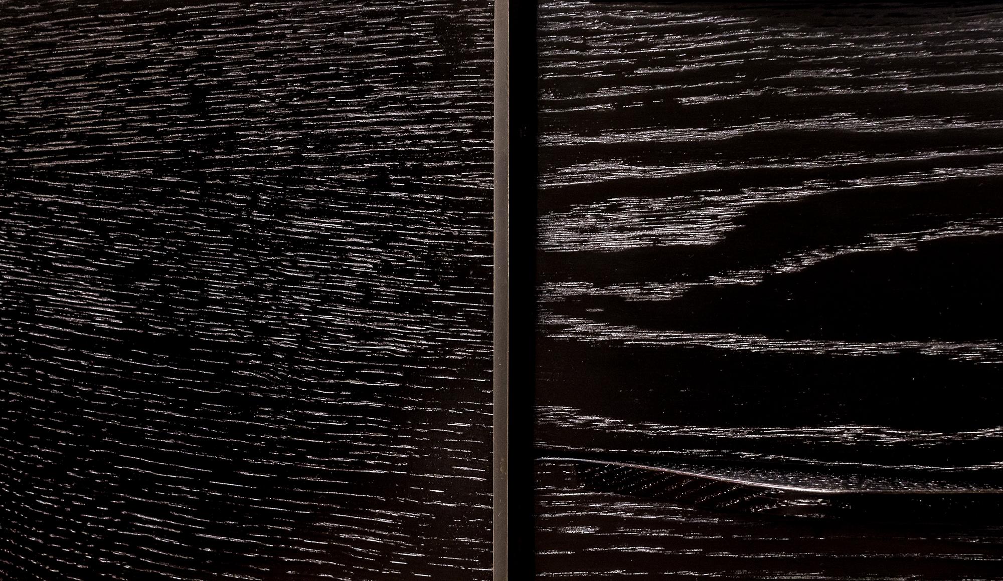 François-Joseph Graf, Porte (détails) cèdre du Liban creusé, métal et laque rouge (h.), Commode (détails) chêne et métal (b.)