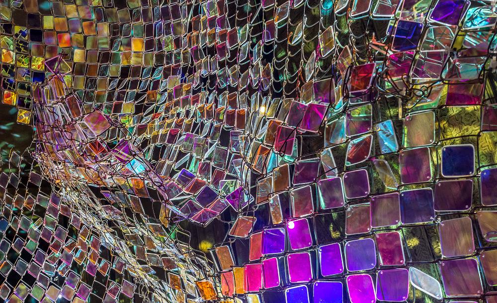 Soo Sunny Park / États Unis - Unwoven light (section of) clôture en mailles et sertie de diamants en plexiglas dichroïque