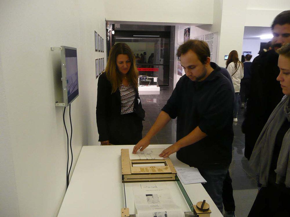 Et dans la salle suivante de Martin Guillaumie est une machine permettant d'écrire des bandes dessinées à la demande. Un algorithme combine aléatoirement des dessins préalablement dessinées.!