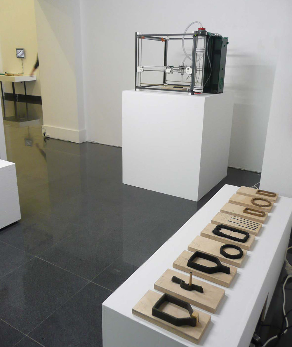 Printing wood est une machine d'impression 3D utilisant des déchets issus des procédés d'usinage de bois (copeaux et sciures) à la place des matières plastiques habituellement extrudées.