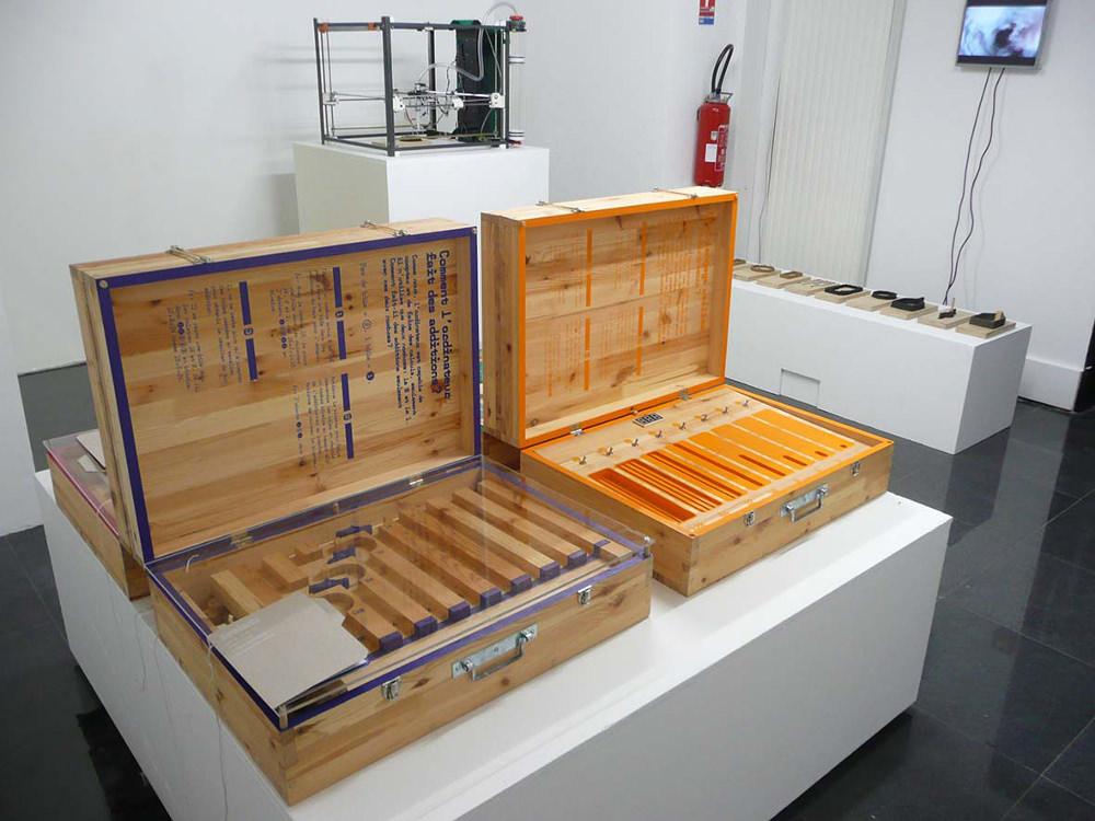 Logibox, Gaël Gouault. 4 mallettes pédagogiques invitent les enfants à manipuler des objets et des mécanismes afin de mieux comprendre le fonctionnement d'un ordinateur (une mallette dédiée au langage, une au clavier, une à l'image, une à l'addition).