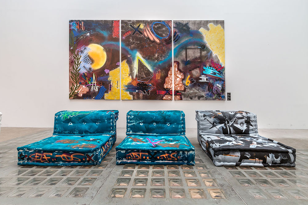 street art inside chez roche bobois. Black Bedroom Furniture Sets. Home Design Ideas