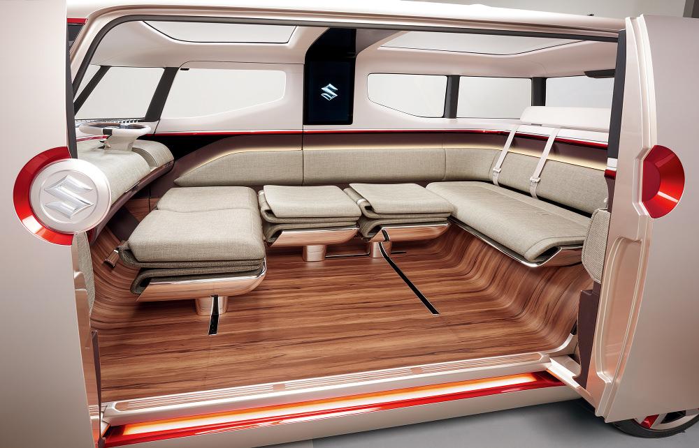 """Mode """"Lounge"""" où les sièges intérieurs coulissent vers le flanc droit du véhicule pour former un grand sofa."""