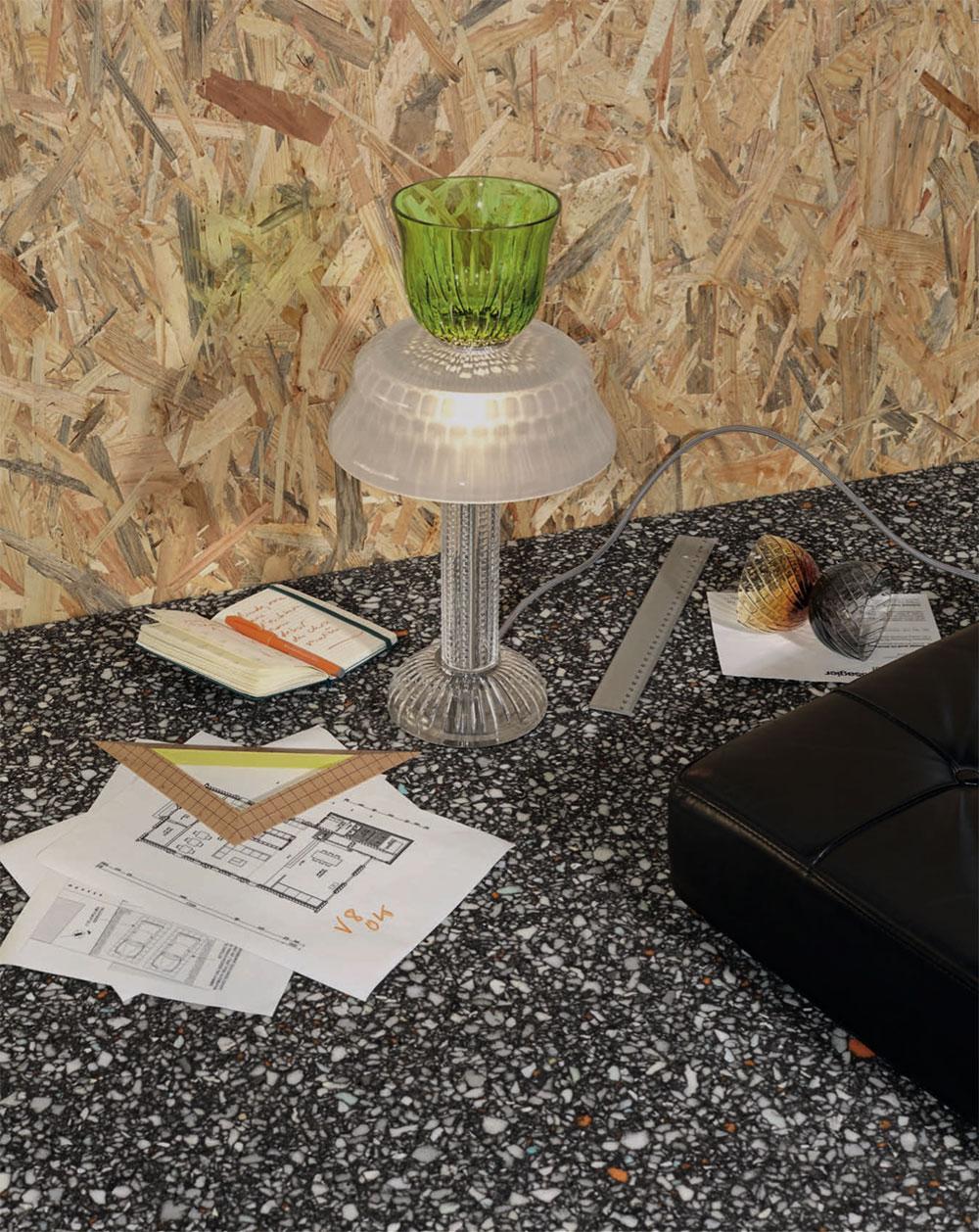 Lampe à poser chartreuse et cristal clair sablé, et bougeoir cierge ambre et flanelle, Les Endiablés par José Lévy © Nathalie Mohadjer pour Saint-Louis