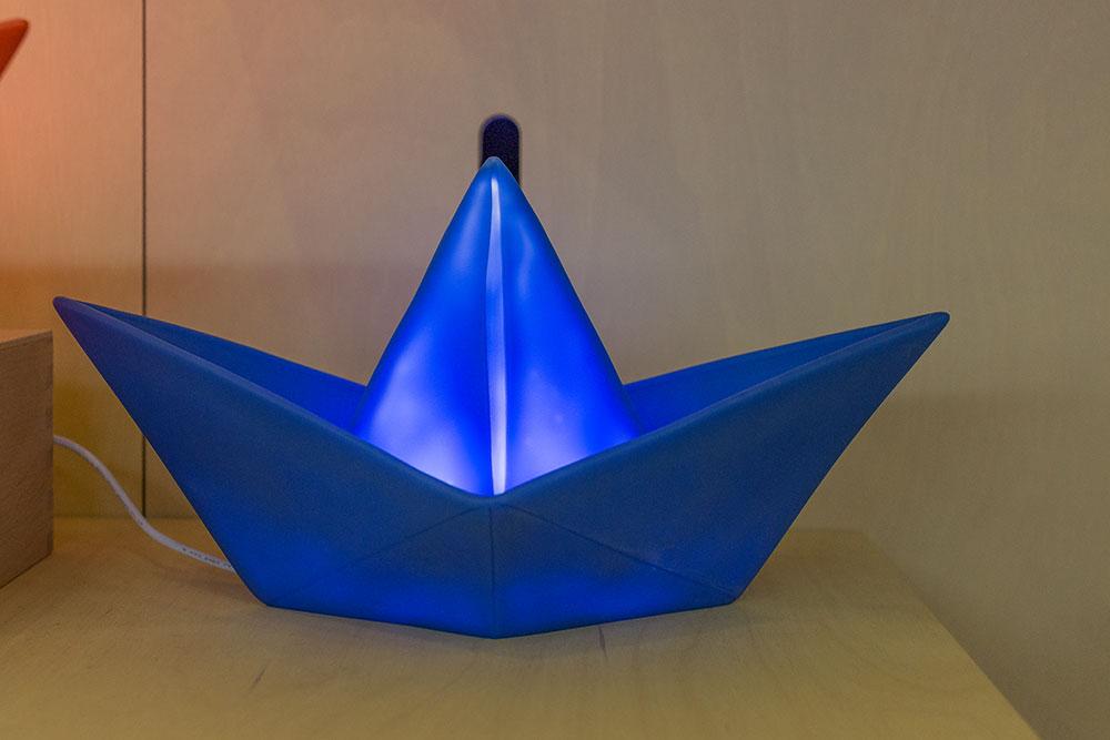 Lampe Paper Boat en vinyle modelé par Lorena Canals pour Goodnight light