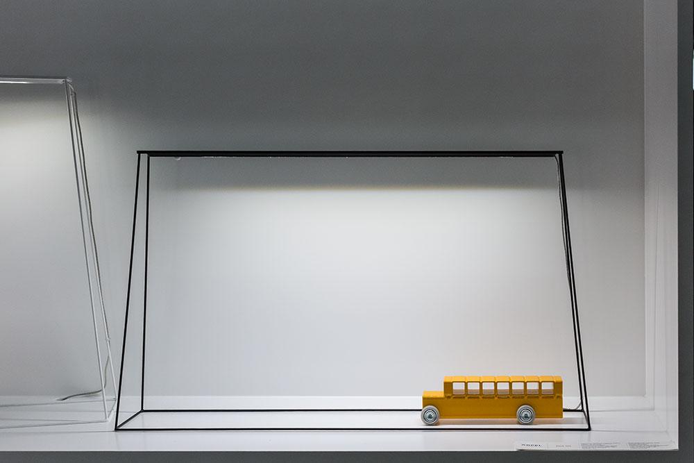 Lampe de bureau FINE 500 par Arpel Lightning. Diffuseur en aluminium et piètement en acier.