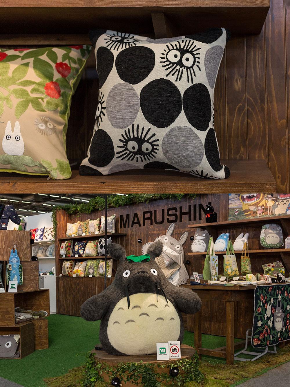 """Stand Marushin (bas), coussin aux motifs inspirés des susuwatari (""""noiraudes"""" en Français) de l'univers du Studio Ghibli"""