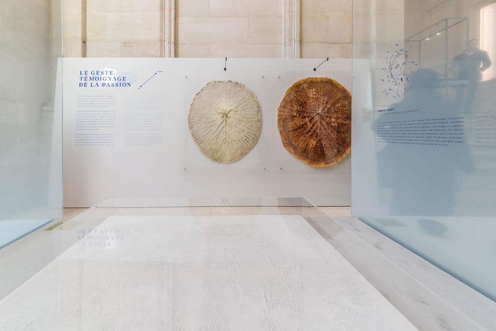 Max Painting (au premier plan) et Empreinte IV (en arrière plan) par Mona Oren - exposition l'Empreinte du Geste au Musée des Arts Décoratifs de Paris © Seen By Kloé pour Blog Esprit Design