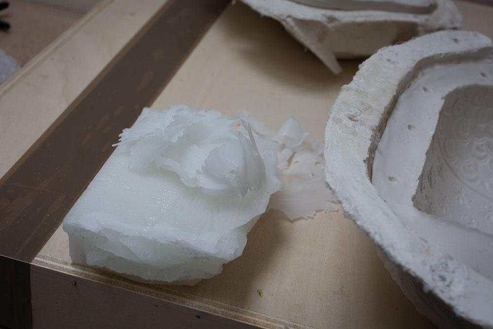 cire et moule en plâtre utilisé pour mouler The Bee Bottle (détails) © Seen By Kloé pour Blog Esprit Design