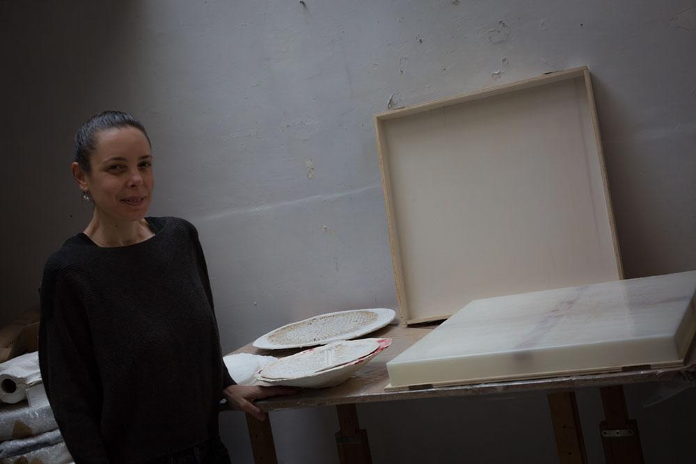 Mona Oren dans son atelier Parisien ©Seen By Kloé pour Blog Esprit Design