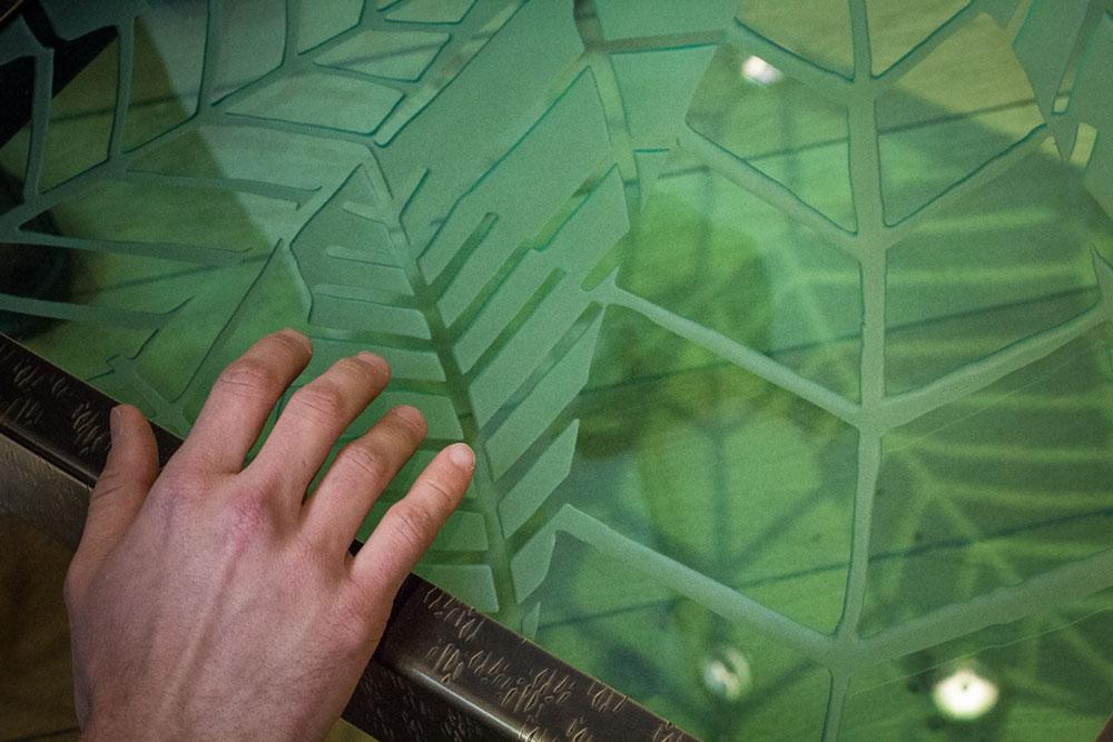 Bout de canapé Lodge (détails), structure en laiton texturé et patiné. Plateaux en verre gravé. Prises de main en fleur de liège massif.