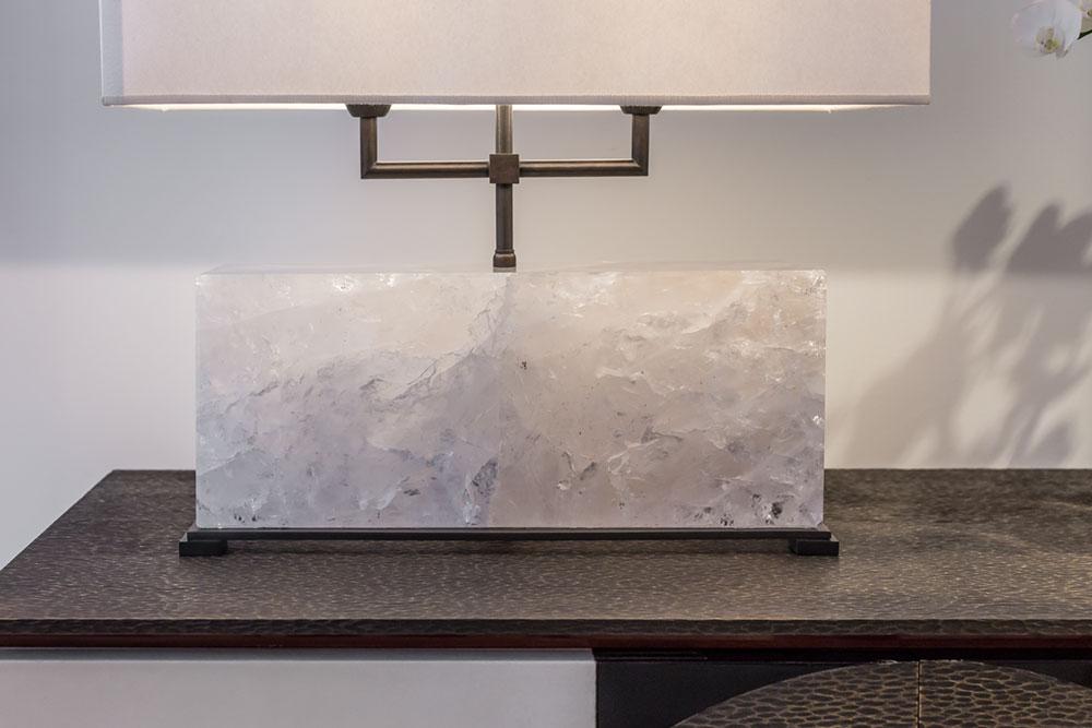 Lampe Nuvem, en cristal de roche, base en laiton noirci et graine en cristal de roche.Lampe ajustable en hauteur.2 ampoules de 60W. Abat-jour en papier (détails)