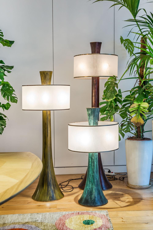 Lampes Faros, en bronze patiné avec effets d'oxydations, pièces uniques. 4 couleurs dominantes : brun, vert, rouge ou jaune. Disponible en 3 tailles. Abat jour en acrylique gougé main, cerclage laiton.