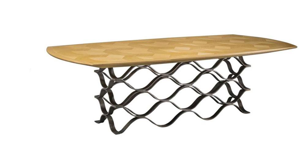 Table Onde, piètement en métal texturé et patiné Plateau en marquèterie de chêne, vernis satiné © Pinto Paris