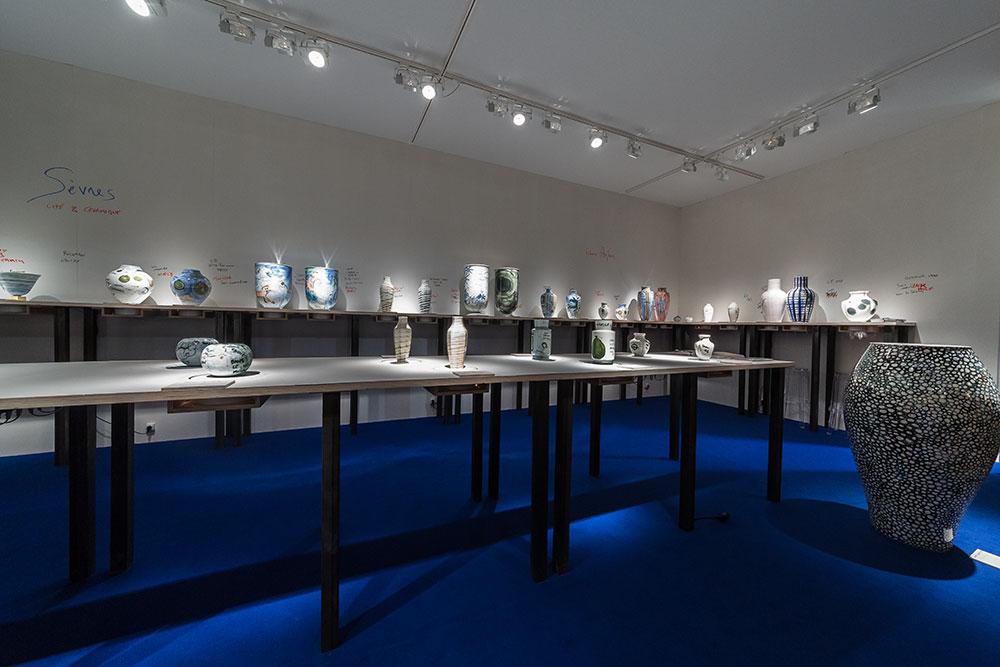 Confort Moderne de Fabrice Hyber Porcelaine, D. 60 cm x H. 120 cm, 2015 (à droite), Sèvres « Cité de la céramique », scénographie par Fabrice Hyber © Seen By Kloé pour Blog Esprit Design