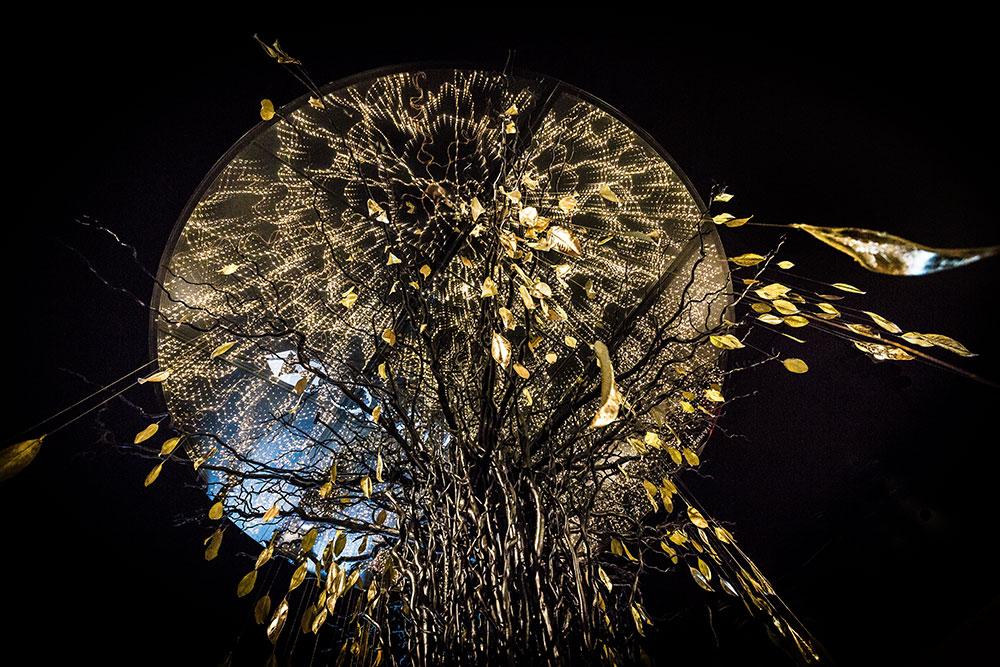Arbre en feuilles dorées situé à l'entrée du PAD Paris 2016 © Seen By Kloé pour Blog Esprit Design