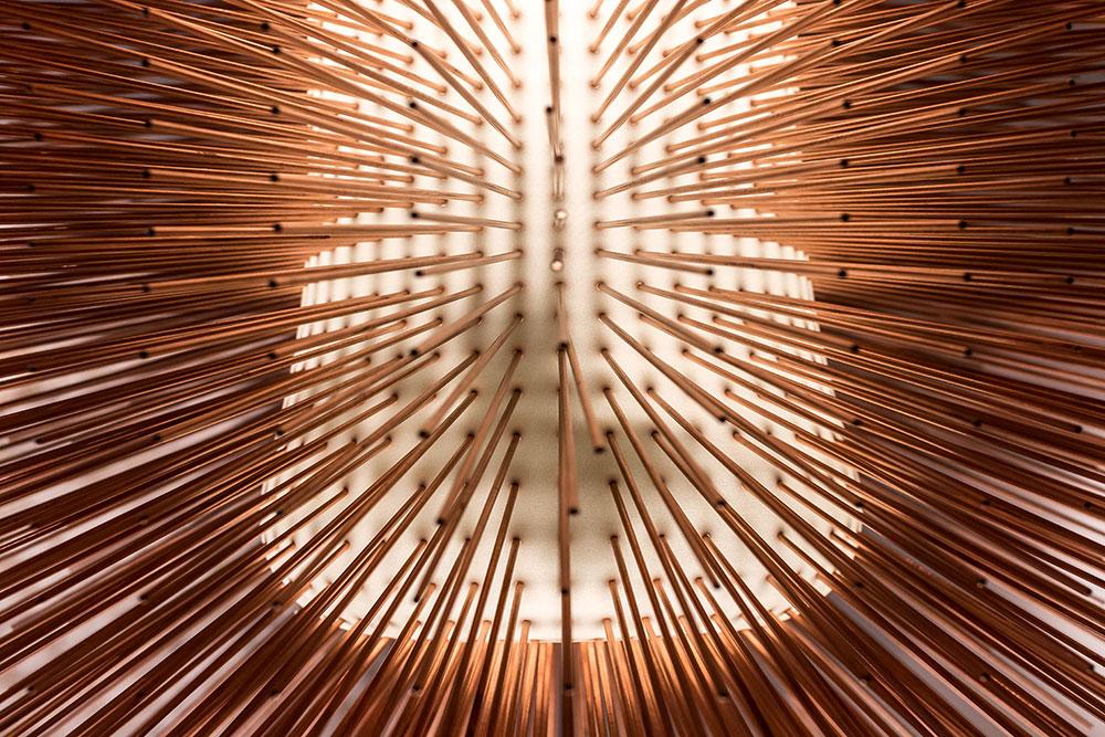 """""""Porcupine pendant light"""" par Ilkka Suppanen, cuivre et résine imprimée en 3D (détails) - Galerie Maria Wettergren © Seen By Kloé pour Blog Esprit Design"""