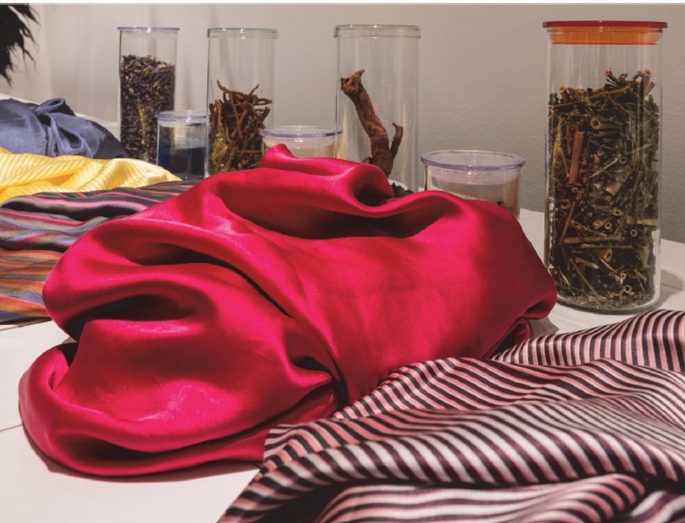 Susan Stern, Values 2.0, teintures naturelles. Impression en sérigraphie sur soie © Bauhaus-Archiv, Photo Hans Glave
