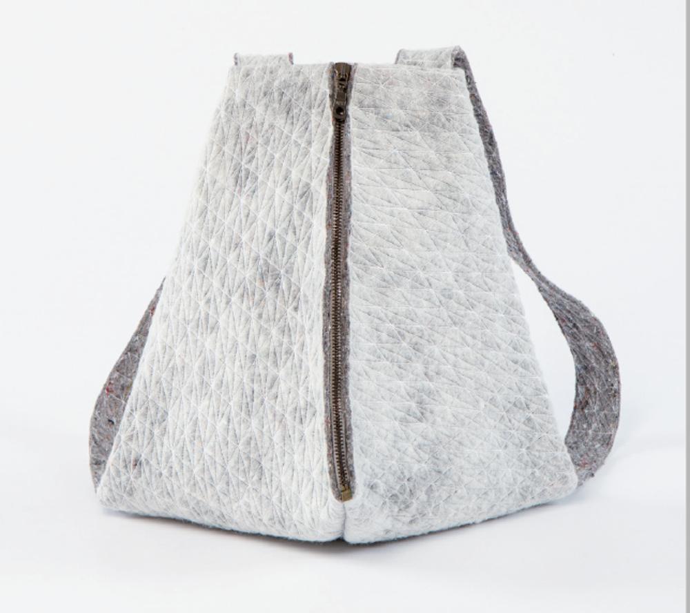 Magdalena Götze, sac à dos à base de couvertures non tissées teintées, cousues, gaufrées et brodées, 40 x 45 cm © Magdalena Götze, photo Armen Astratyan