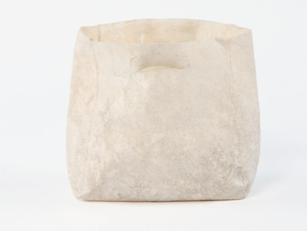 Kristin Nebauer, sac moulé à base de fibres de coton broyées et de bioplastiques, 37 x 30 cm © Kristin Nebauer, photo Armen Astratyan
