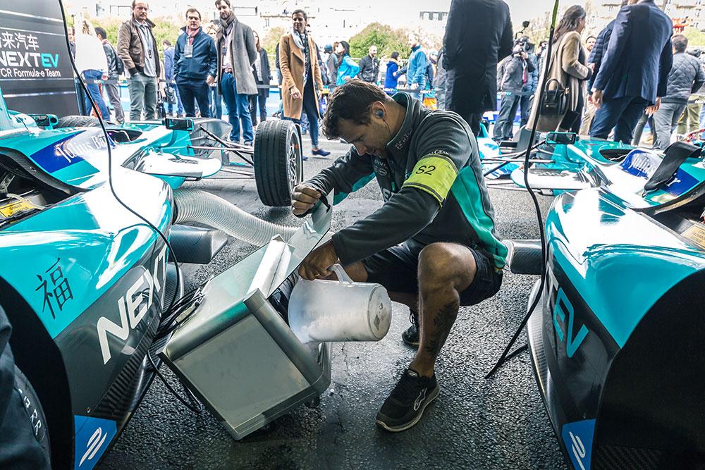 Préparation de la voiture de Nelson Piquet Jr