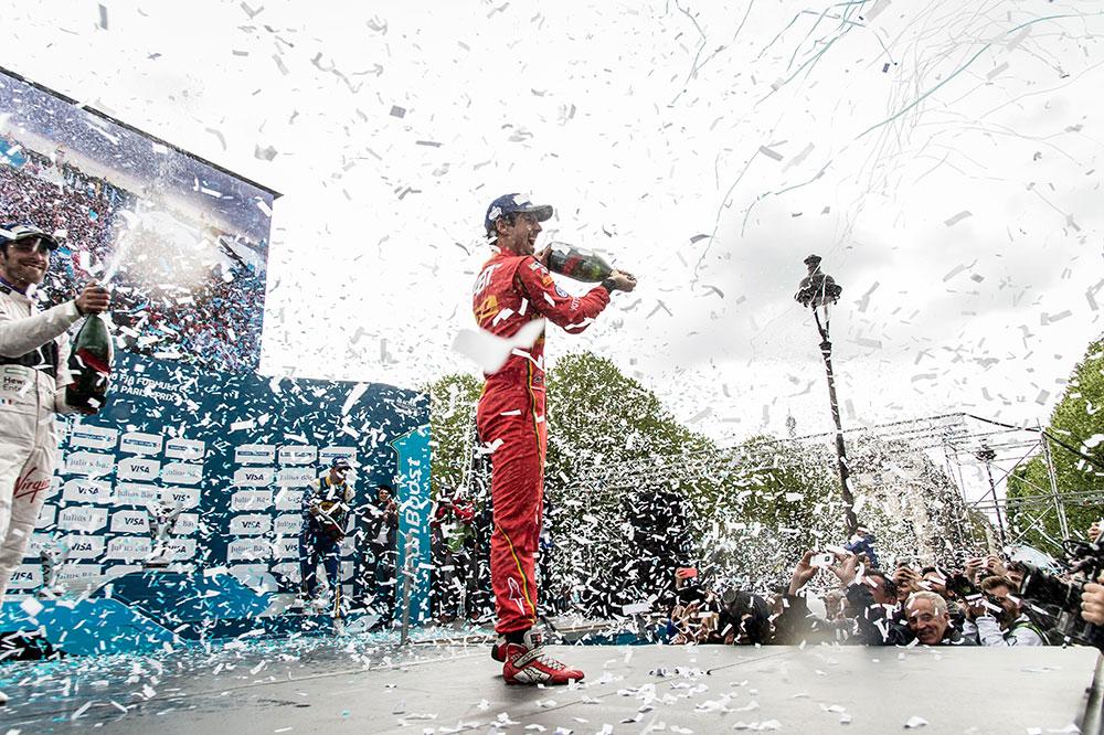Le pilote Lucas Di Grassi célébrant sa victoire au Grand Prix Formule E de Paris © Mumm