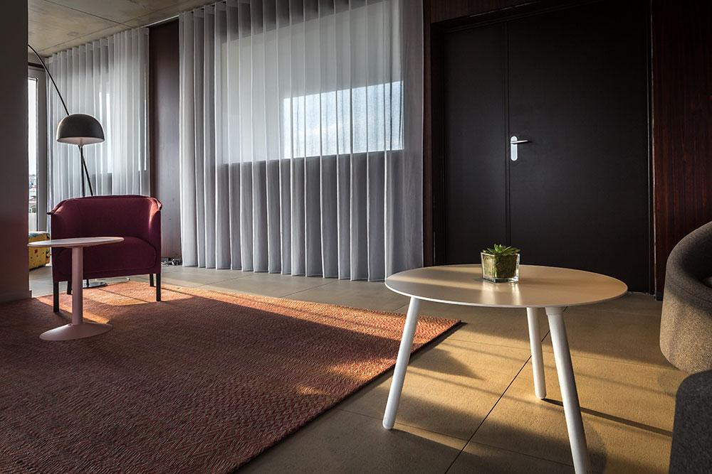 tapis Limited Edition, fauteuils Talo chez Sancal, table basse blanche modèle BCN chez Kristalia, guéridon rose Tolix