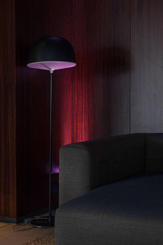 lampadaire Cheshire chez Fontana Arte, panneaux bois Zebrano chez Oberflex