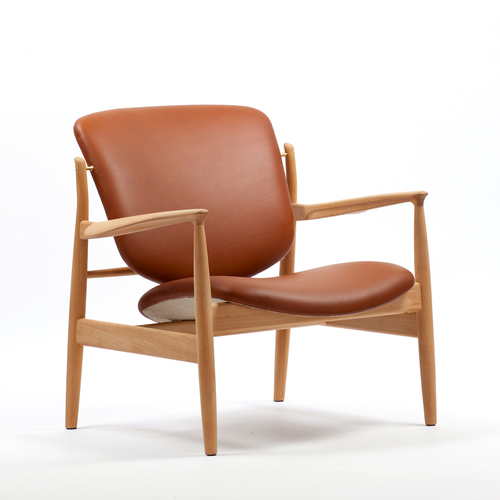 Le fauteuil FJ 136 est initialement créé par Finn Juhl en 1956