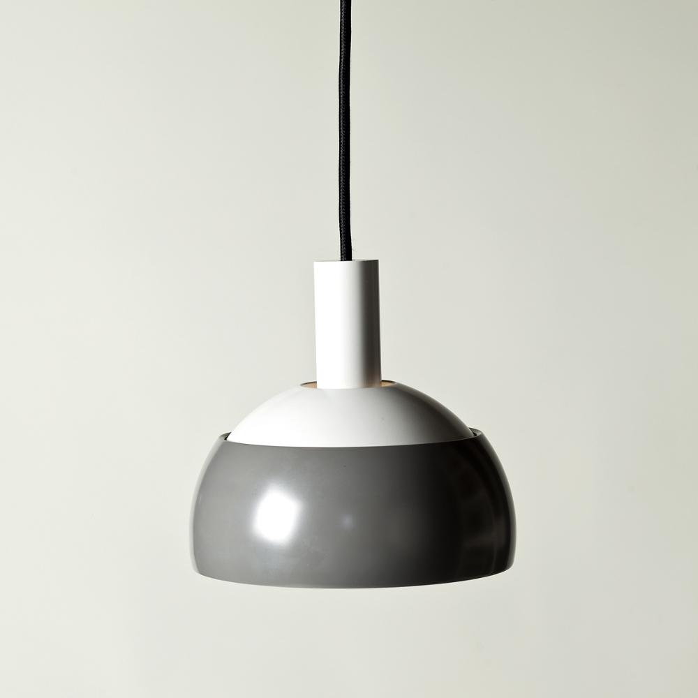 Finn Juhl dessine en 1963 une série de lampes pour la compagnie danoise LYFA