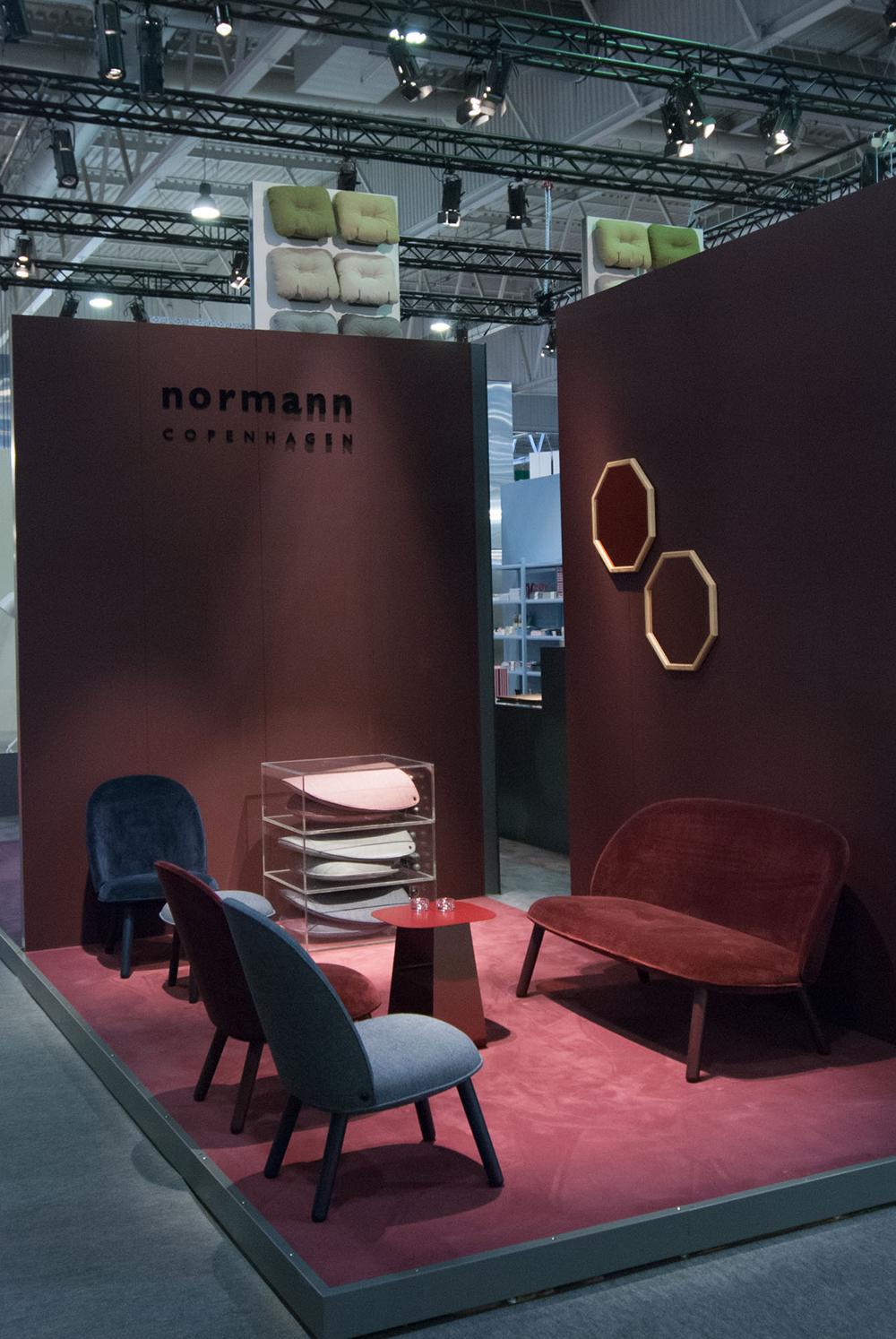 Sur le stand de Normann Copenhagen, l'ambiance feutrée est également de mise avec l'utilisation des velours des couleurs chaudes et les miroirs à encadrement dorée.