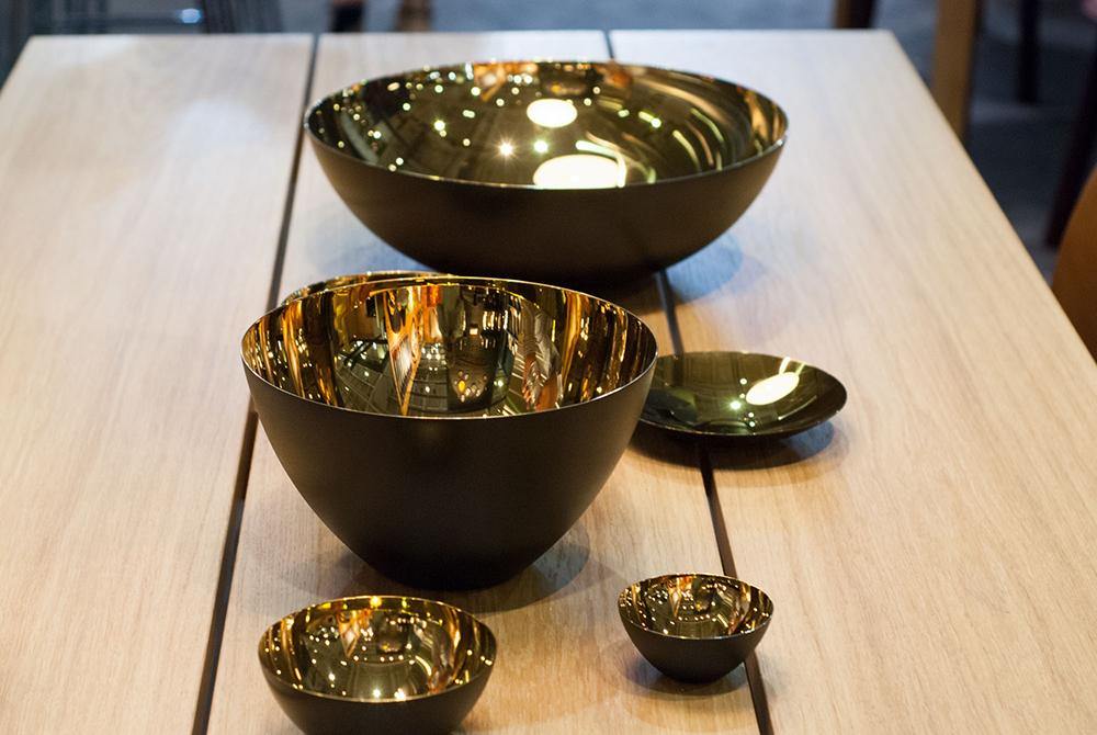 Chez Normann Copenhagen, le fameux bol Krenit a été remis au goût du jour avec un intérieur doré.