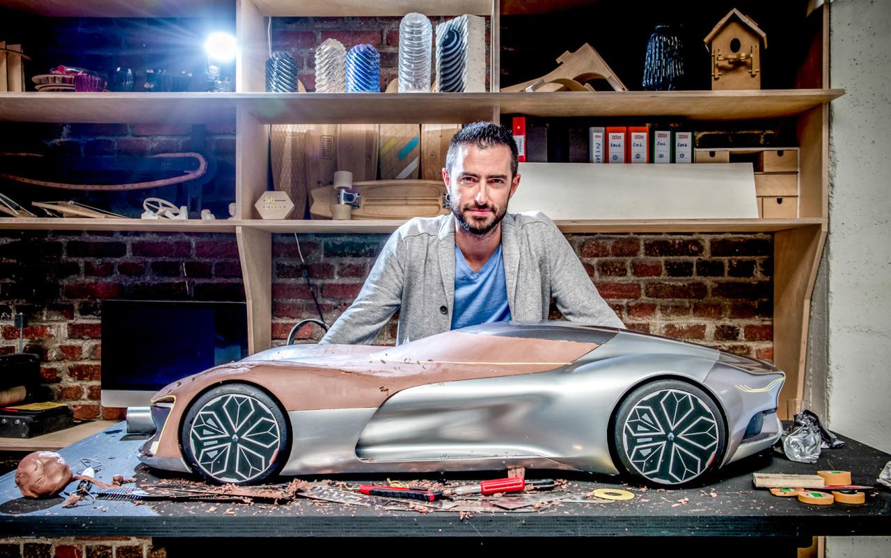 Le designer Yann Jarsalle devant une maquette en clay de TreZor