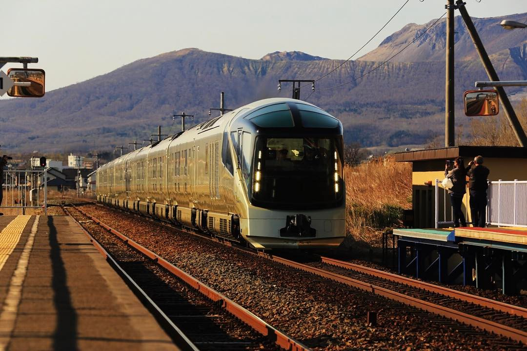 Douceur et contemplation à bord du train de luxe Shiki-Shima